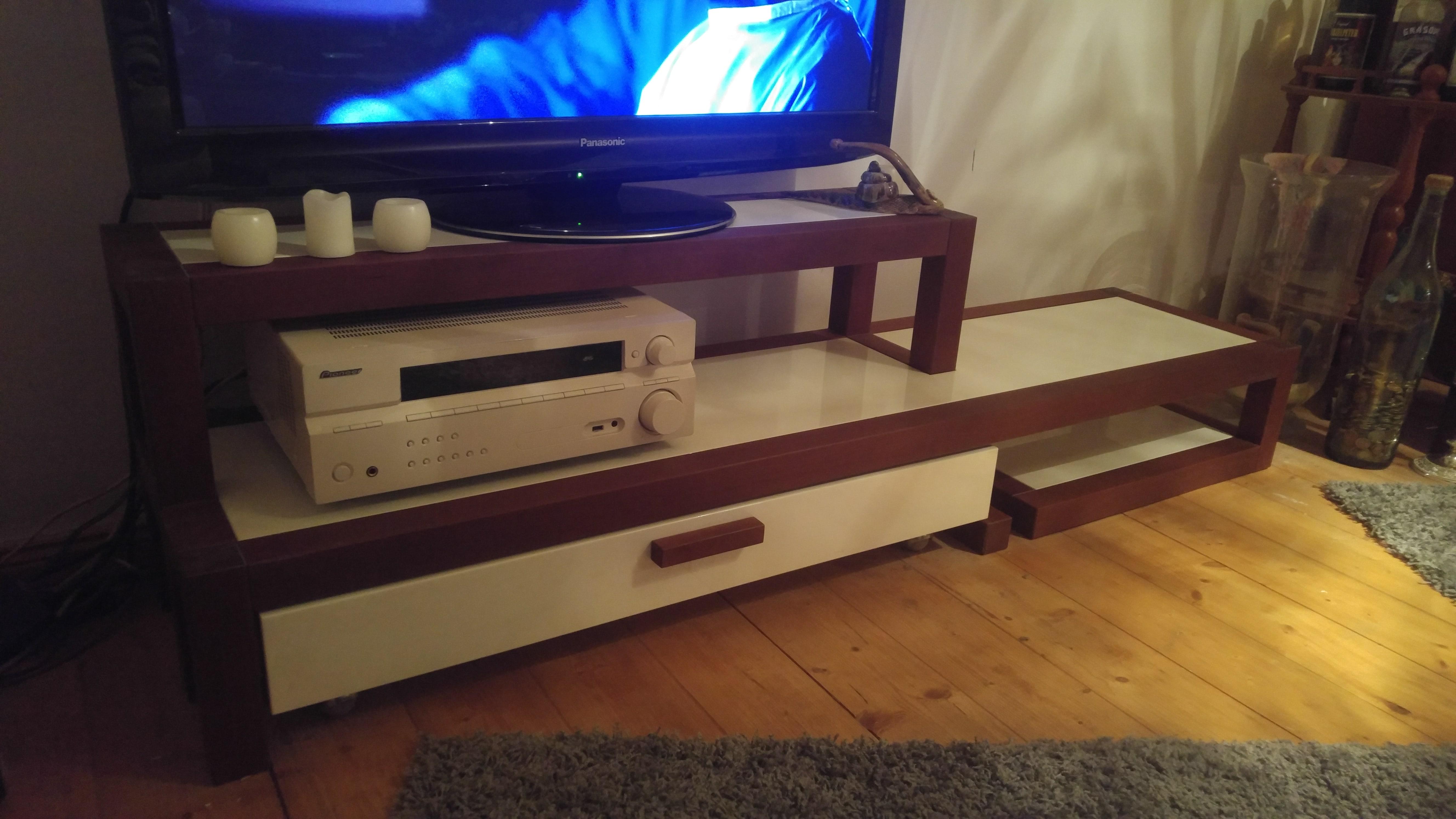 TV-Möbel aus Kirsche Vollholz und Corian, geschlossen